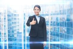 Портрет бизнес-леди thumbing вверх Стоковое фото RF
