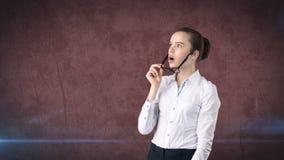 Портрет бизнес-леди в белой юбке на изолированной предпосылке Модельный смотреть вверх с стеклами запрета волос, оранжевых и черн Стоковые Фотографии RF