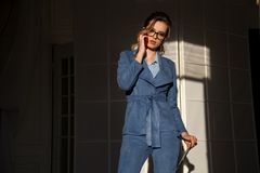 Портрет бизнес-леди в беседах конторской работы делового костюма стоковое фото rf