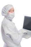 Портрет биолога женщины, химика с компьтер-книжкой Стоковое фото RF