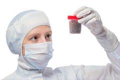 Портрет биолога изучая изолированные образцы почвы Стоковое фото RF