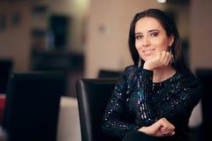 Портрет блестящей женщины сидя на партии стоковые изображения