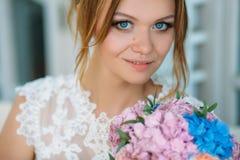 портрет близкой девушки вверх по детенышам Красивые голубые глазы смотрят сразу в камеру Невеста с незабываемым Стоковая Фотография RF