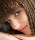 портрет близкой девушки вверх по детенышам Стоковая Фотография