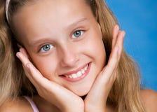 портрет близкой девушки довольно вверх по детенышам Стоковая Фотография