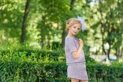 Портрет блондинкы в розовой одежде в парке outdoors Стоковые Изображения RF