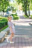 Портрет блондинкы в розовой одежде в парке outdoors Стоковое Фото