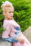 Портрет блондинкы в розовой одежде в парке outdoors Стоковая Фотография