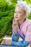 Портрет блондинкы в розовой одежде в парке outdoors Стоковые Изображения