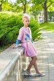 Портрет блондинкы в розовой одежде в парке outdoors Стоковые Фотографии RF
