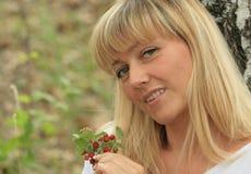 портрет блондинкы ягод стоковые изображения rf