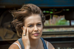 Портрет божественной девушки сидя на железнодорожном пути Стоковая Фотография