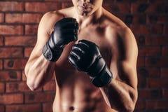 Портрет бойца Muttahida Majlis-E-Amal в представлении бокса против кирпичной стены Стоковые Фотографии RF