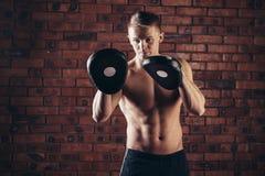 Портрет бойца Muttahida Majlis-E-Amal в представлении бокса против кирпичной стены Стоковая Фотография RF