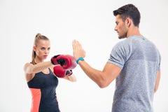 Портрет бокса женщины фитнеса с тренером Стоковое Изображение RF