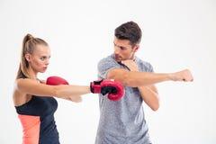 Портрет бокса тренировки женщины с тренером Стоковое фото RF