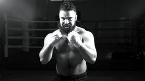 Портрет боксера разрабатывая рему в кольце Молодой человек в тренировке для класть в коробку Стоковые Фото