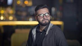 Портрет бородатого бара человека Самоуверенный человек смотря камеру акции видеоматериалы