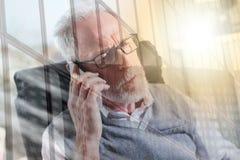 Портрет бородатого старшего бизнесмена говоря на мобильном телефоне, световом эффекте, двойной экспозиции Стоковые Фото