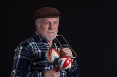 Портрет бородатого старшего человека с maracas и рожком стоковая фотография rf