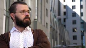 Портрет бородатого человека с стеклами и рубашкой смотрит к его левой стороне Человек кладет на его стекла Человек принимает его  акции видеоматериалы