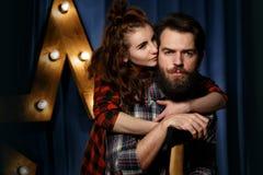Портрет бородатого, зверского парня и красивой девушки Стоковые Фотографии RF