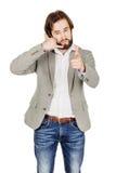 Портрет бородатого положения бизнесмена и делать вызывают меня gest Стоковое фото RF