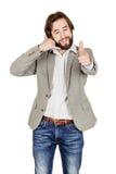 Портрет бородатого положения бизнесмена и делать вызывают меня gest Стоковые Фото