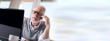Портрет бородатого старшего бизнесмена говоря на мобильном телефоне Стоковые Фотографии RF
