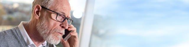 Портрет бородатого старшего бизнесмена говоря на мобильном телефоне Стоковая Фотография RF