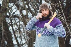 Портрет бородатого человека с осью в его руке Зверский бородатый человек с осью Стоковые Фото