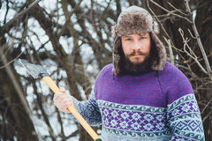 Портрет бородатого человека с осью в его руке Зверский бородатый человек с осью Стоковые Изображения