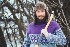 Портрет бородатого человека с осью в его руке Зверский бородатый человек с осью Стоковое Фото