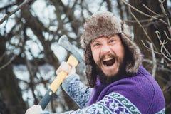 Портрет бородатого человека с осью в его руке Зверский бородатый человек с осью Стоковое Изображение RF