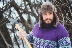 Портрет бородатого человека с осью в его руке Зверский бородатый человек с осью Стоковая Фотография