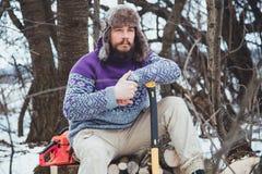 Портрет бородатого человека с осью в его руке Зверский бородатый человек с осью Стоковые Изображения RF