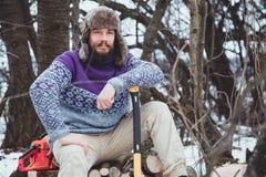 Портрет бородатого человека с осью в его руке Зверский бородатый человек с осью Стоковая Фотография RF