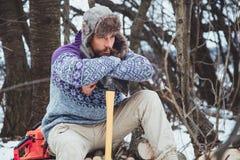 Портрет бородатого человека с осью в его руке Зверский бородатый человек с осью Стоковое фото RF