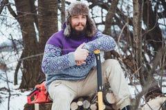 Портрет бородатого человека с осью в его руке Зверский бородатый человек с осью Стоковое Изображение