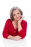 Портрет более старой профессиональной изолированной бизнес-леди в красном цвете стоковое фото rf