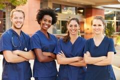 Портрет больницы медицинской бригады стоящей внешней стоковые фотографии rf