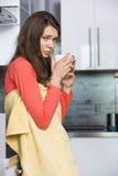Портрет больной женщины имея кофе в кухне Стоковое Изображение RF