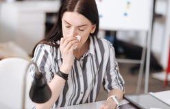 Портрет больной женщины обтирая ее нос Стоковое Фото