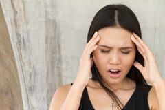 Портрет больной женщины с головной болью, стресса, мигрени Стоковые Изображения RF