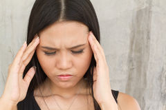 Портрет больной женщины с головной болью, стресса, мигрени Стоковые Изображения