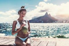 Портрет бразильской женщины с зоной космоса кокосов и экземпляра Стоковое Изображение RF
