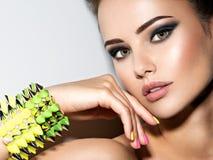 Портрет браслета красивой женщины нося с терниями Стоковое фото RF