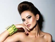 Портрет браслета красивой женщины нося с терниями Стоковое Изображение RF