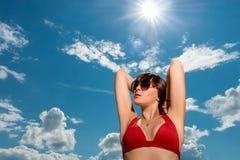 Портрет брюнет в солнечных очках против неба Стоковые Изображения RF