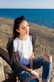 Портрет блестящей девушки битника наслаждаясь солнечным весенним днем outdoors на пляже Стоковые Фотографии RF
